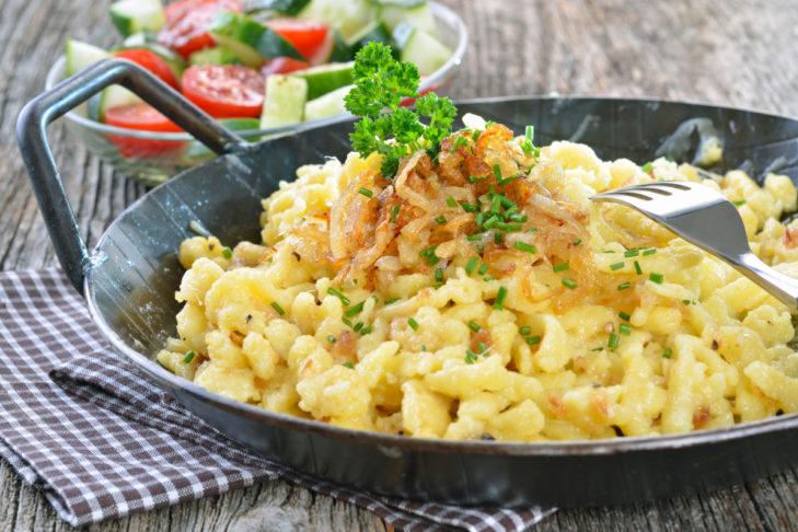 Deftig: Käsespätzle mit Röstzwiebeln.