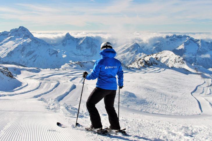 SnowTrex genießt den Ausblick vom Gletscher in Les 2 Alpes