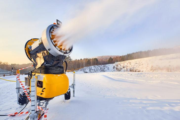 Mobile Schneekanone auf Rädern produziert Kunstschnee.