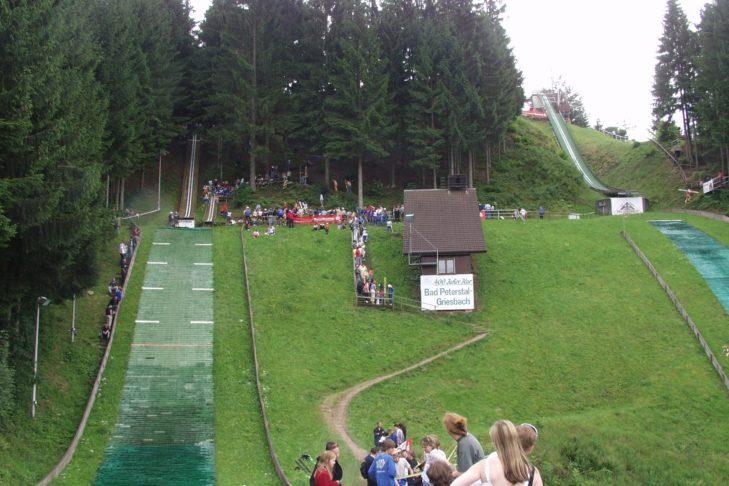 Skispringen im Sommer: In Bad Griesbach befinden sich gleich zwei Mattenschanzen. Hier finden regelmäßig Wettbewerbe statt.