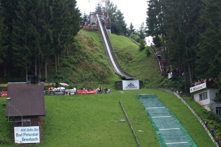 Die Sprungschanze in Bad Griesbach im Bayerischen Wald wurde 1954 gebaut und 1966/67 mit Kunststoffmatten belegt.