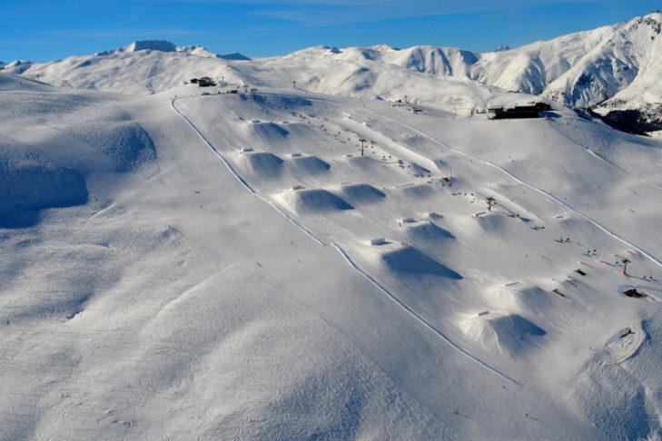 Skigebiet Livigno: Setup des Snowparks am Mottolino.