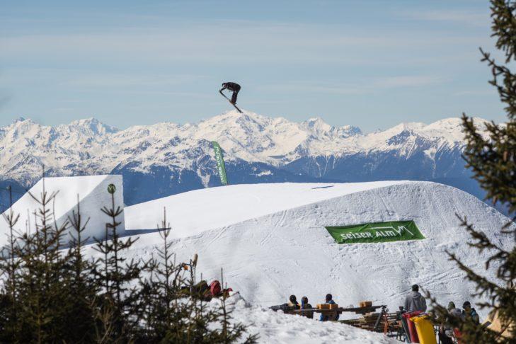 Atemberaubender Stunt vor Zuschauern im Snowpark Seiser Alm.