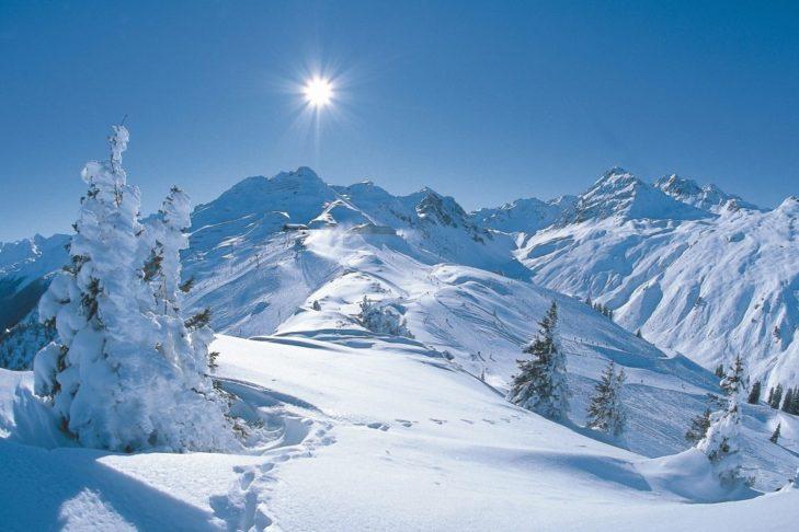Für viele Wintersportler gibt es nichts Schöneres im Skiurlaub als ordentlich Neuschnee. Doch wo fällt der meiste Schnee in Österreich?