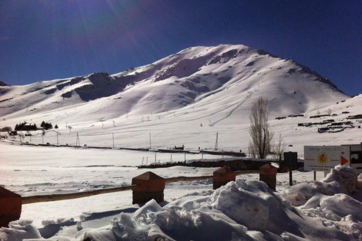 Skigebiet in Marokko: Die Sonne strahlt, der Schnee glitzert.