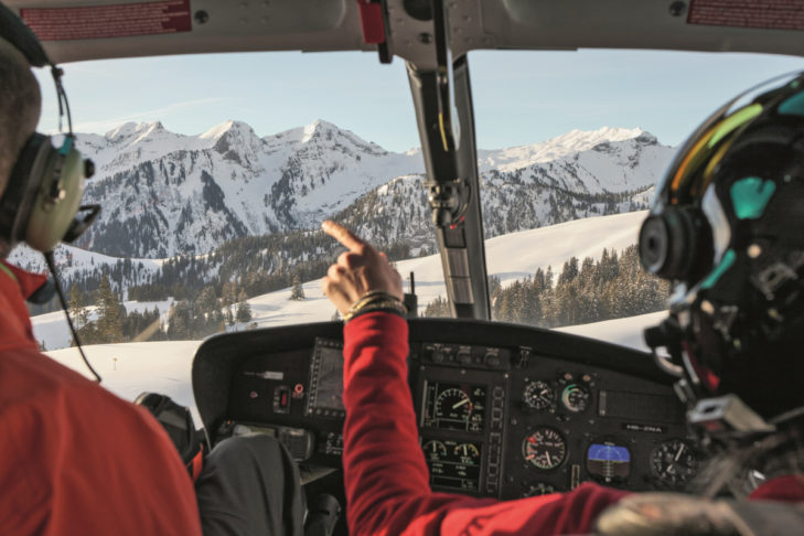 Julie May fliegt die Skifahrer in die Berge.