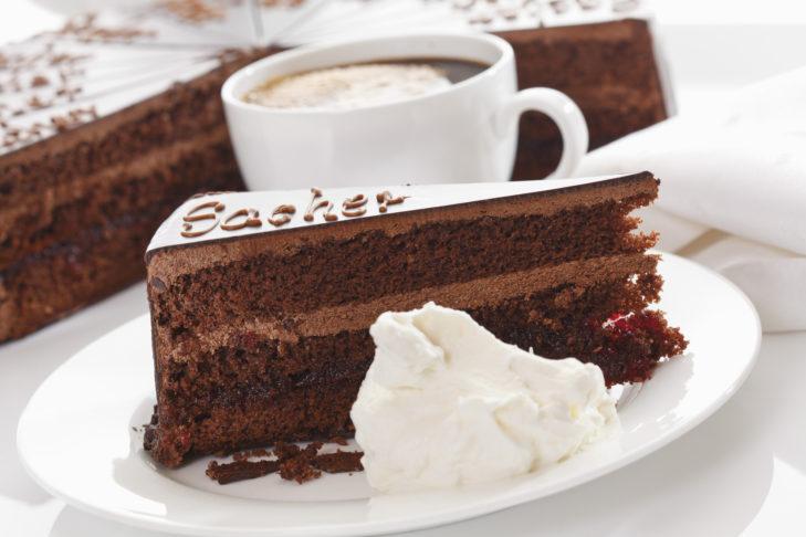 Die Sacher Torte schmeckt besondes gut mit geschlagenem Obers.
