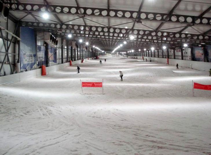 Hier genießen Wintersportler die 620 m lange Piste.