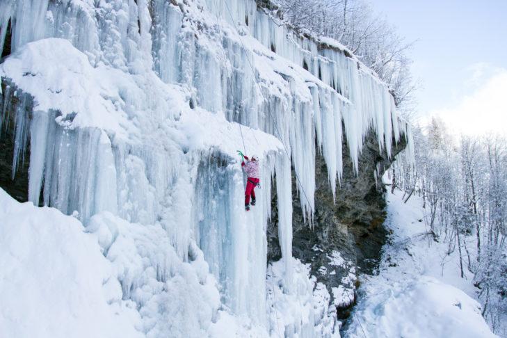 Eiskletterer wagen sich auf schwindelerregende Höhen.