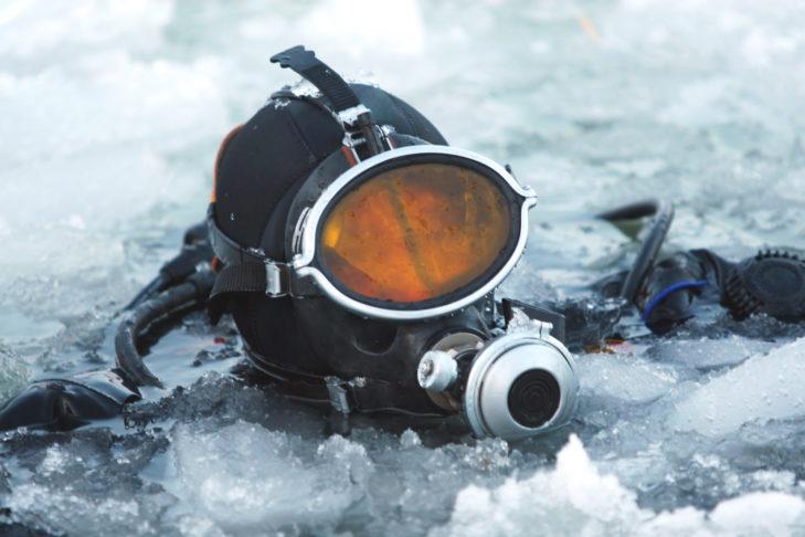 Die Ausrüstung hält Eistaucher bei eisigen Temperaturen warm.