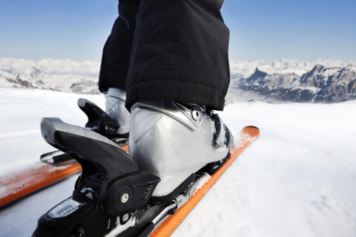 Nahaufnahme Skischuhe und Bindung.