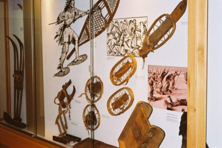 Hier lernt man einiges über die Geschichte des Skisports: Historische Skier und Schneeschuhe im Museum.