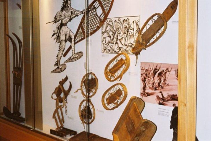 Historische Skier und Schneeschuhe im Museum.