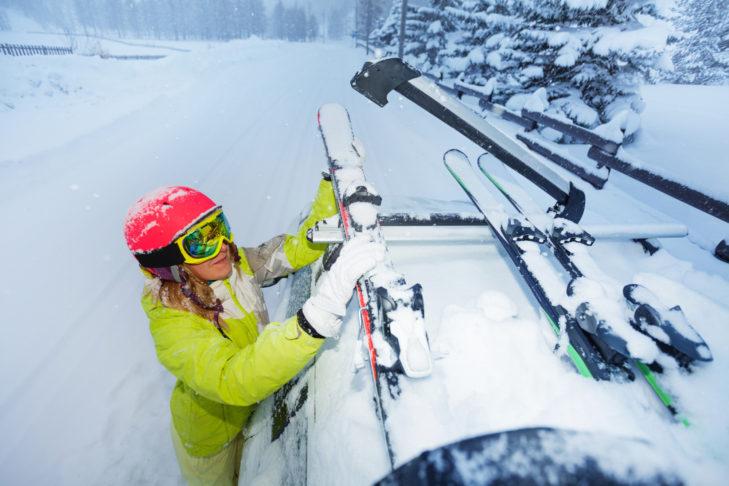 Skier werden am besten auf dem Autodach transportiert.