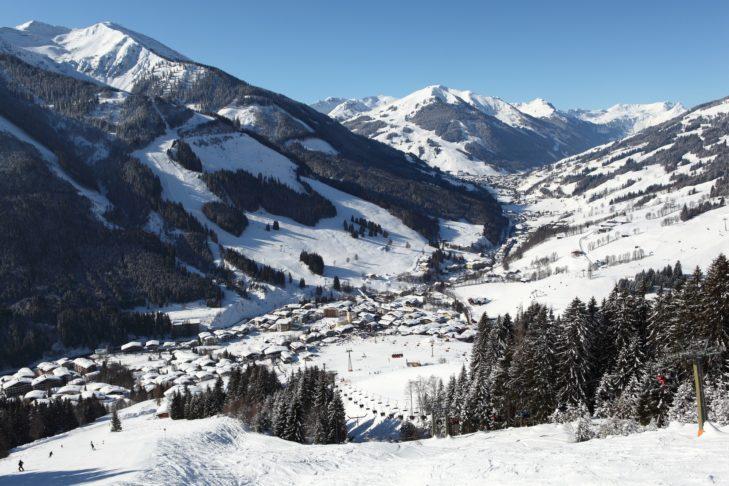 Panoramablick auf Saalbach im Glemmtal.