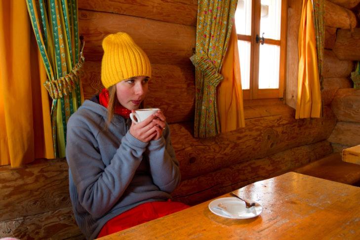 Heißgetränke wärmen die Hände und halten von innen warm.