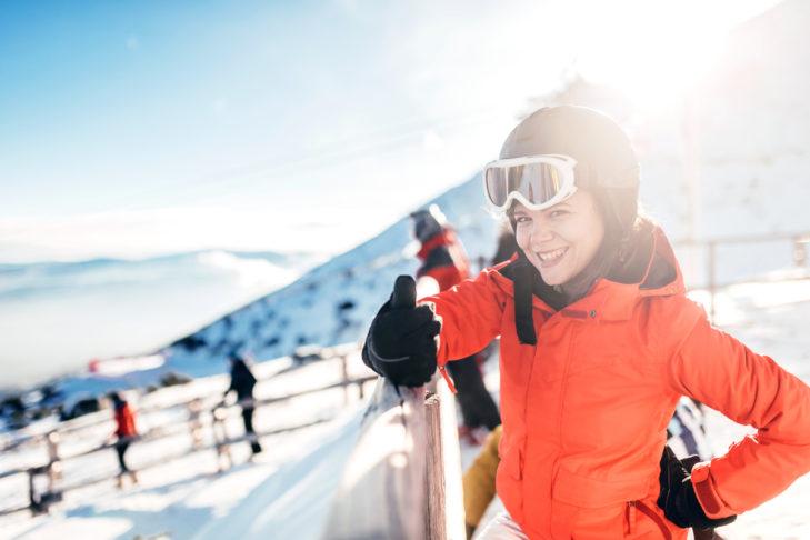 Ein Skihelm schützt auch vor Auskühlung.
