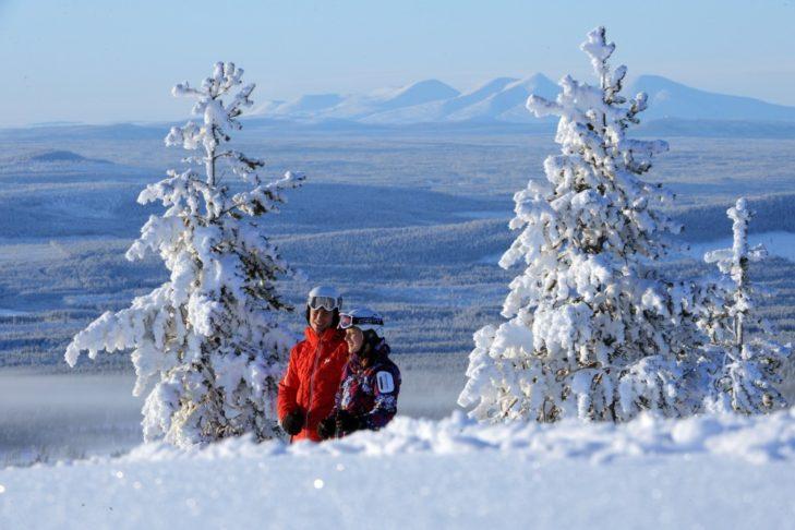 Skifahrer in tief verschneider Winterlandschaft von Idre Fjäll.