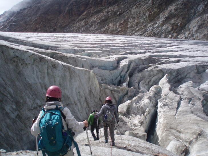 Das zerklüftete Gletschereis erstreckt sich über riesige Flächen.