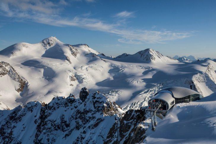 Die Bergstation der Wildspitzbahn schmiegt sich geradezu an den Gletscher.