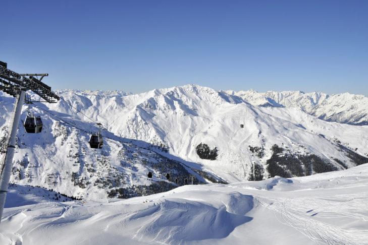 Skiurlaub in Fügen verspricht tolle Ausblicke über die Gipfel des Zillertals.