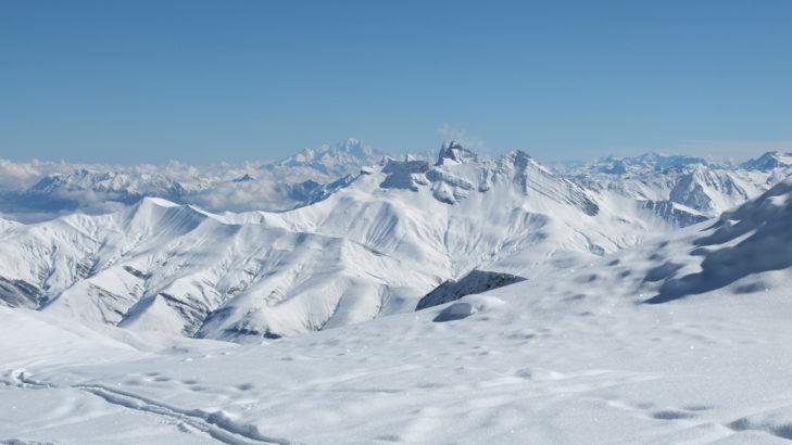 Weiße Traumlandschaft in Les 2 Alpes beim Skiurlaub im Frühjahr.