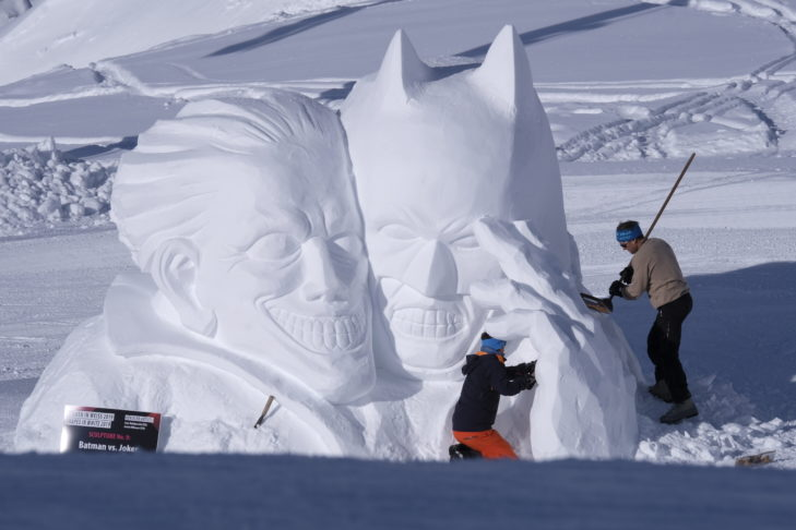 "Die Skulptur ""Batman vs. Joker"" im Skigebiet Silvretta Arena."