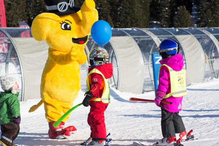 Im Skigebiet Hochfügen-Hochzillertal begrüßt die Kleinsten das Maskottchen.