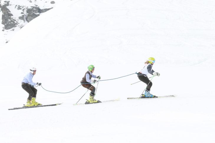 Das Seilrennen verbindet. Dieses Dreiergespann stellt im traditionellen Look ihr Können unter Beweis.