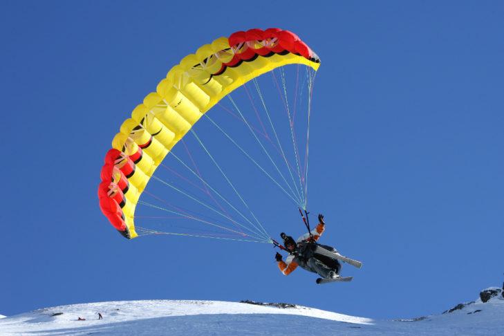 Skigebiet Valfréjus: Speed Flyer schwebt über die Piste