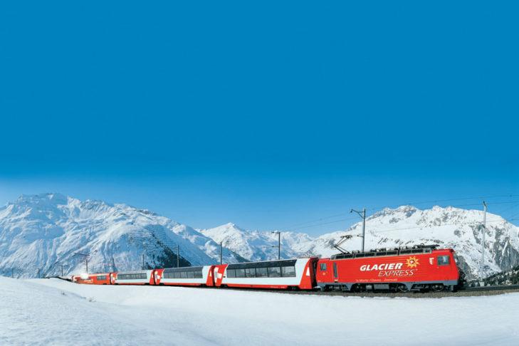 Mit dem Zug in den Skiurlaub: Der Glacier Express am Nätschen/Andermatt.