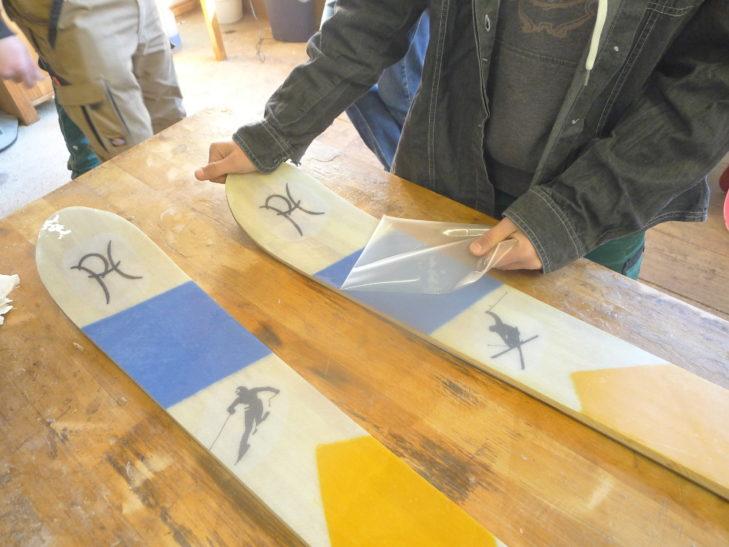 Am Ende des Skibau-Seminars: Folie ab und fertig ist das gute Stück.