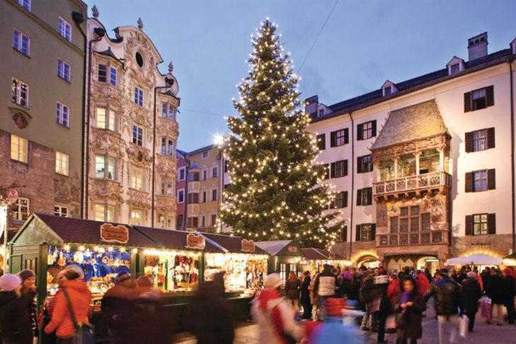 Weihnachtsmarkt in Innsbruck, im Hintergrund das Goldene Dachl.