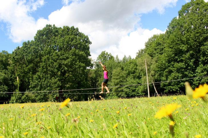 Alexandra läuft auf der Slackline.