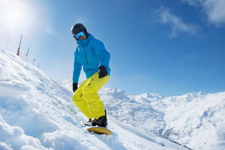 Snowboarder beim Anfahren am Hang.
