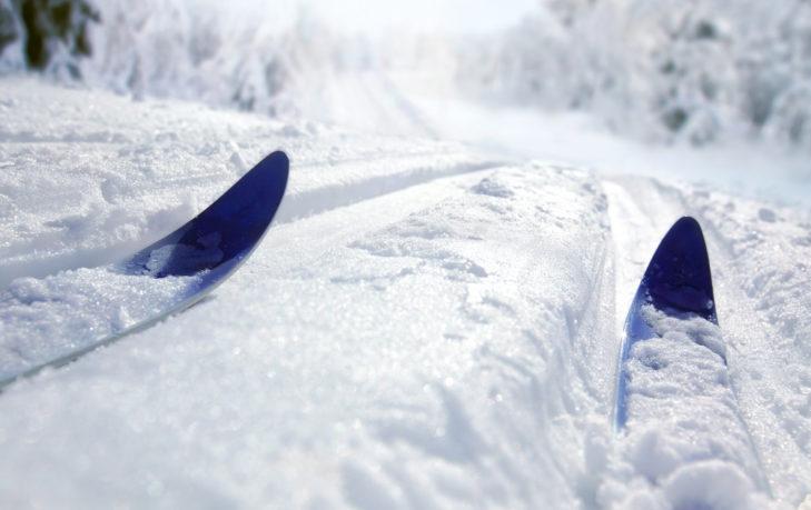 Die schmalen Langlaufskier sind eine wacklige Angelegenheit.