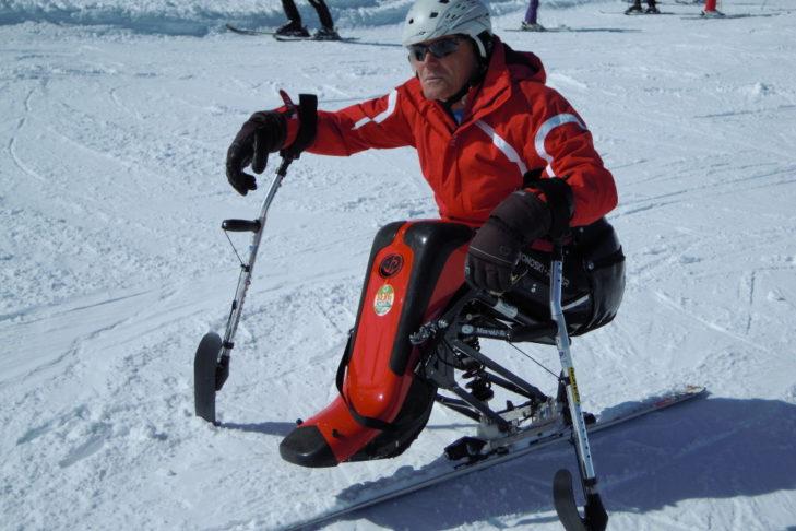 Mit den Skikrücken hat Sepp eine zusätzliche Stütze und Lenkhilfe.