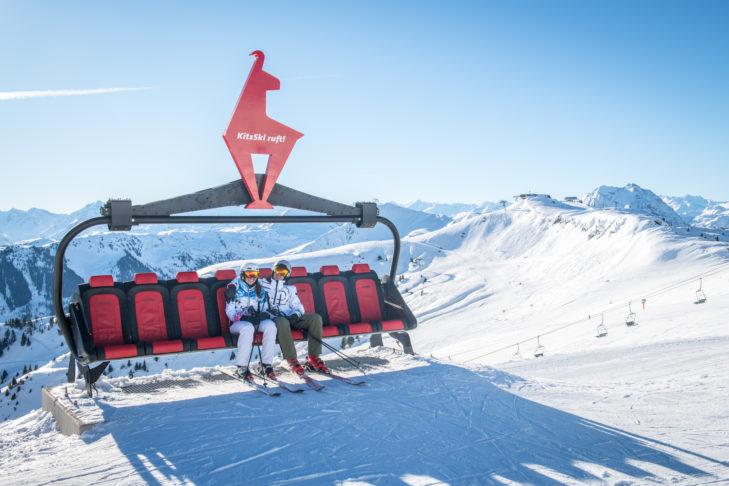 In Kitzbühel schießt man in voller Skifahrer Montur, gemeinsam mit der Kitzgams, sein Erinnerungsfoto.