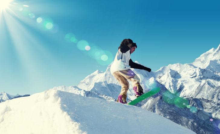 Snowboarder Freestyler vor Bergpanorama © Sergey Nivens - shutterstock.de