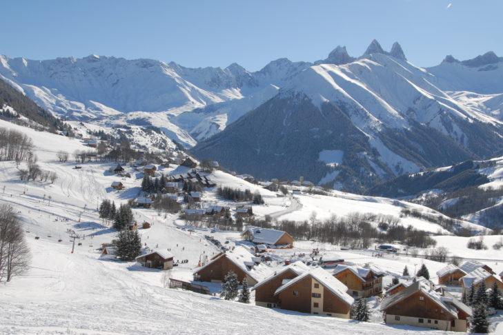 Schneereiches Bergpanorama in der Skiregion Les Sybelles.