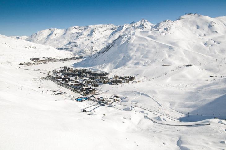 Eingebettet in den Bergen liegt der Wintersportort Tignes auf 2.100 m.
