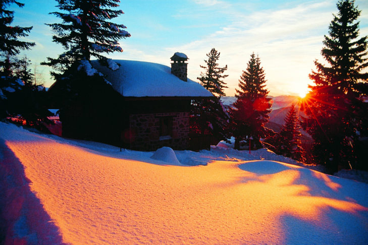 """Sonnenuntergänge wie dieser locken zum abendlichen Pistenrodeln. Nicht umsonst bedeutet Chamrousse so viel wie """"blutrote Felder""""."""