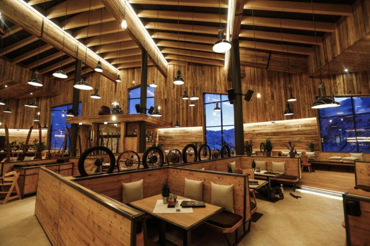 Rustikales Ambiente mit Motorradreifen im Crosspoint-Restaurant.