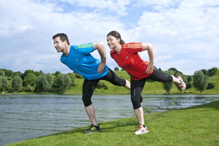 Aus der statischen Standwaage kann eine Bewegung mit Kniebeugen (ein- oder beidbeinig) abgeleitet werden.