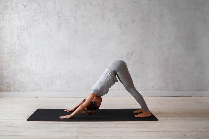 Yoga Übung Hund - shutterstock
