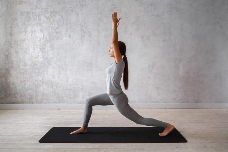 Yoga für Wintersportler Krieger I © Evgeny Glazunov - Shutterstock.de