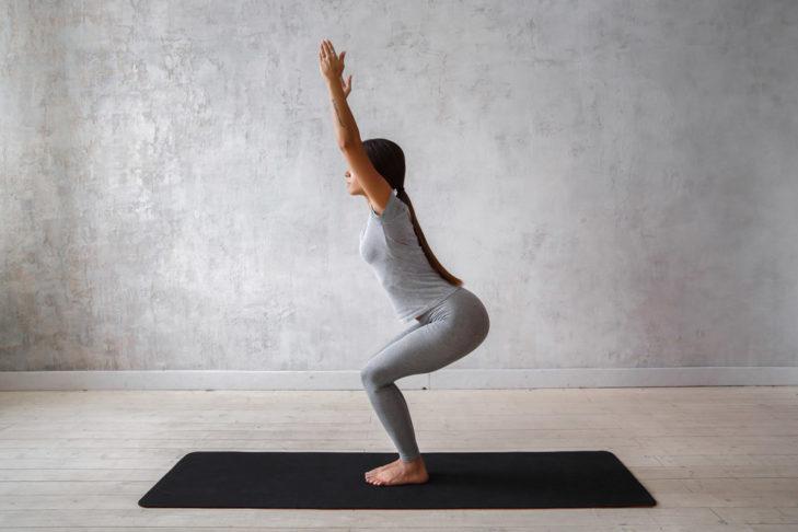Yoga Übung Stuhlhaltung - shutterstock