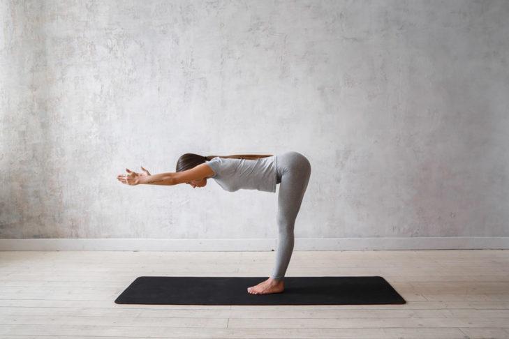 Diese einfache Yoga-Übung streckt den Rücken und die hintere Beinmuskulatur.