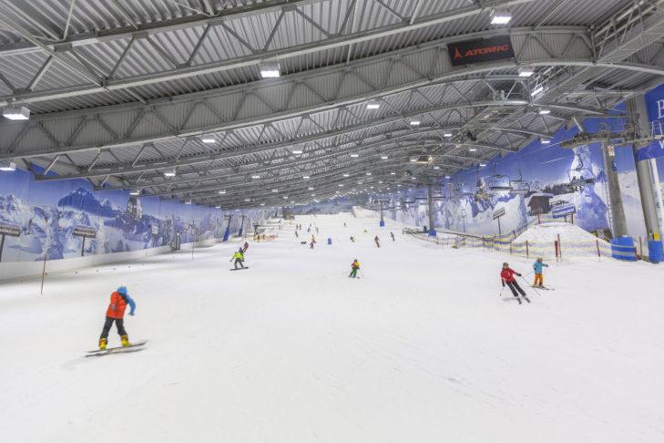 Die Hauptpiste in der Jever Fun Skihalle Neuss.