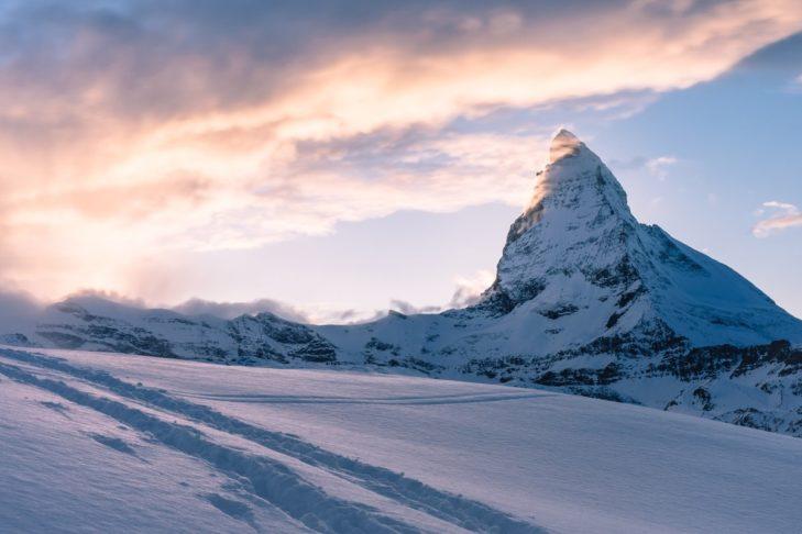 Herbstliches Skifahren mit Blick auf das Matterhorn ist in Zermatt möglich.